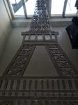 Der Eifelturm aus Spiegelscherben in Arbeit Simone Stanschus